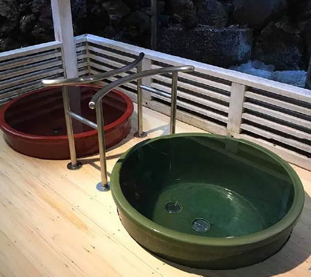 The small green and red outdoor baths of Mandara-yu Onsen